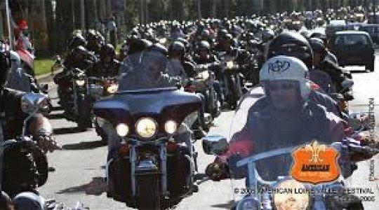 Les motos de l'American Loire Valley passent à Villaines le 14 juillet