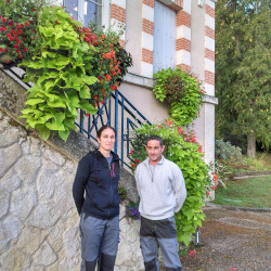 Adeline BERTON et Cédric BARBET, techniciens aux Espaces verts de la commune